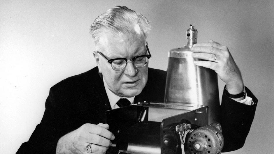 "Chester Carlson sitzt an seinem ""Kopierer""."