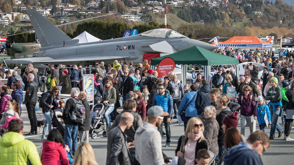 Die Flugzeugausstellung am Innsbrucker Flughafen zieht jedes Jahr Tausende Tiroler an.
