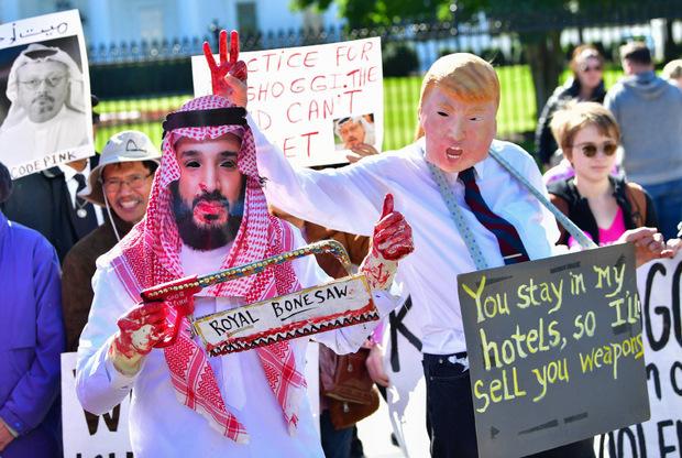 Demonstranten, verkleidet als Mohammed bin Salman und Donald Trump, forderten vor dem Weißen Haus einen harten Kurs gegenüber Saudi-Arabien.