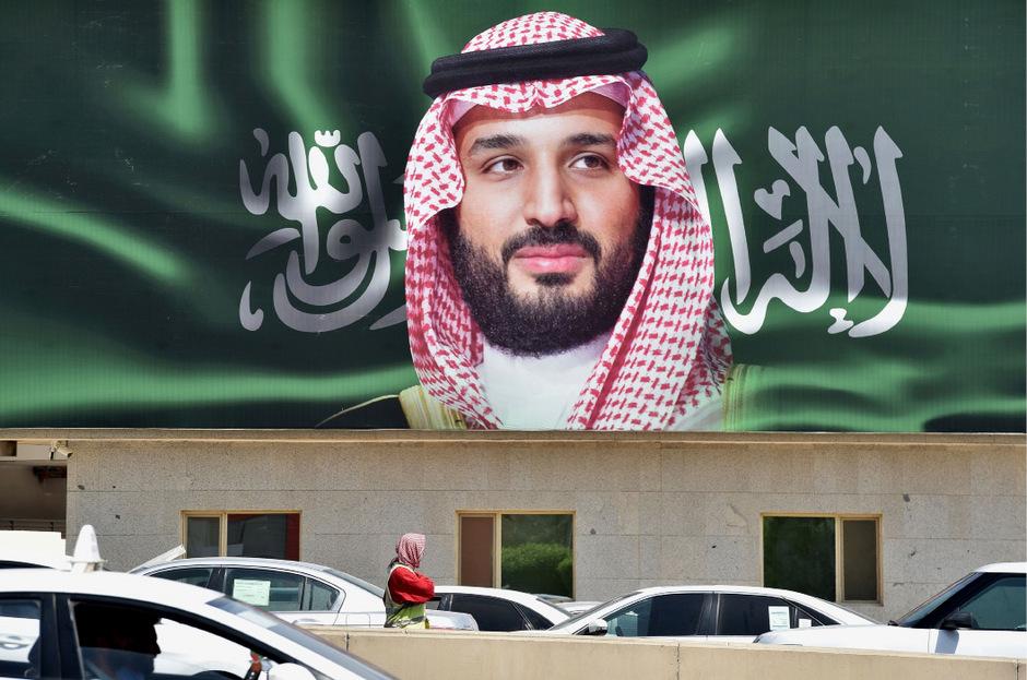 Ein Porträt des saudi-arabischen Kronprinzens wurde zum morgigen Beginn der Wirtschaftskonferenz in Riad platziert.