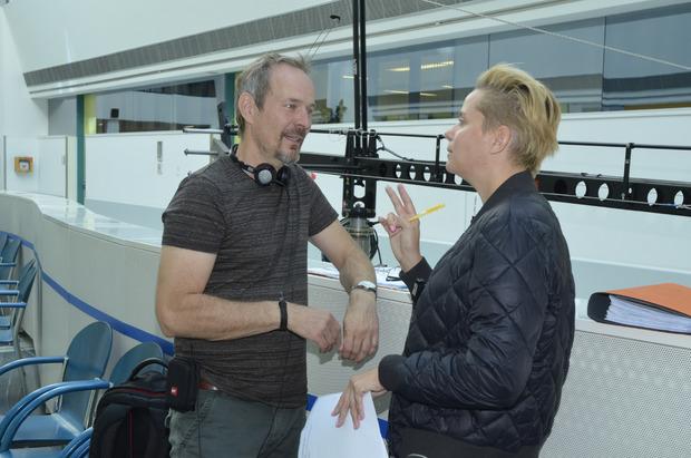 Regisseur Jan Bauer und Regieassistentin Kaja Becker bei einer Szenenbesprechung.