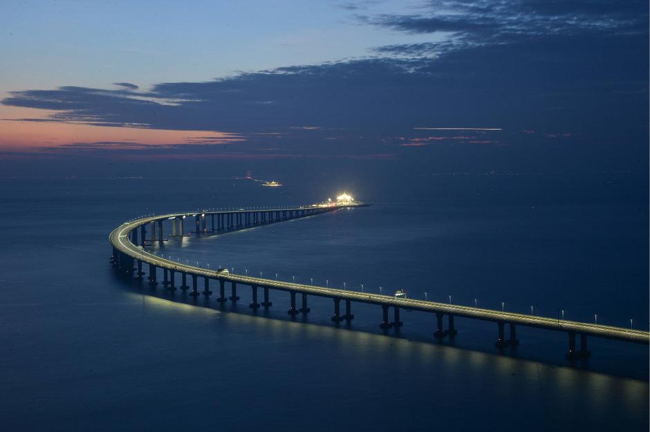 """Ab Mittwoch wird die neue """"Superbrücke"""" für den Verkehr freigegeben."""