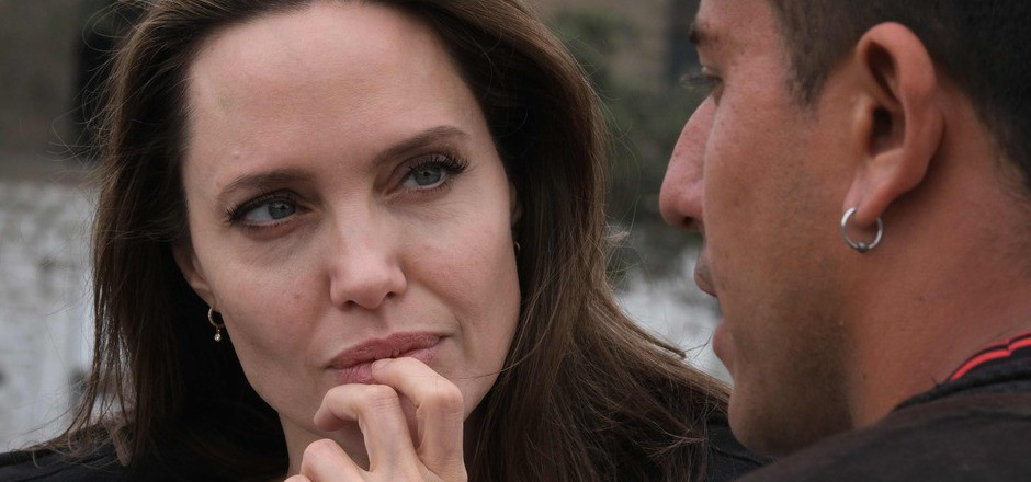 Angelina Jolie im Gespräch mit einem Flüchtling.