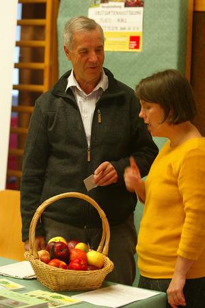 Obmann Ossi Schmid von Obstbauverein informierte die Besucher.