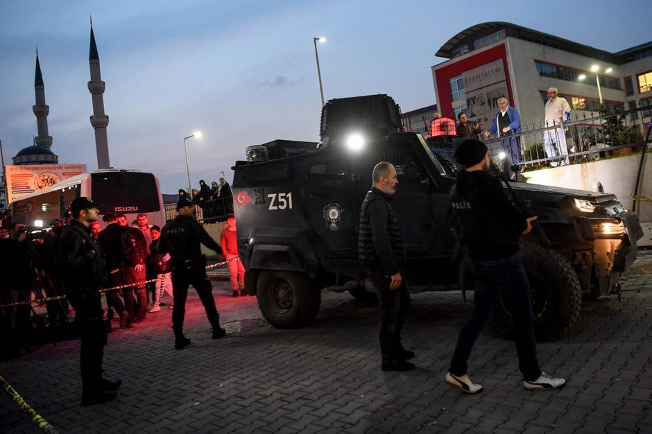 Die Ermittlungen der türkischen Polizei dauern an: Hier wird ein Parkhaus abgesperrt, in dem ein verlassenes Auto gefunden wurde, das dem Konsulat zugeordnet wurde.