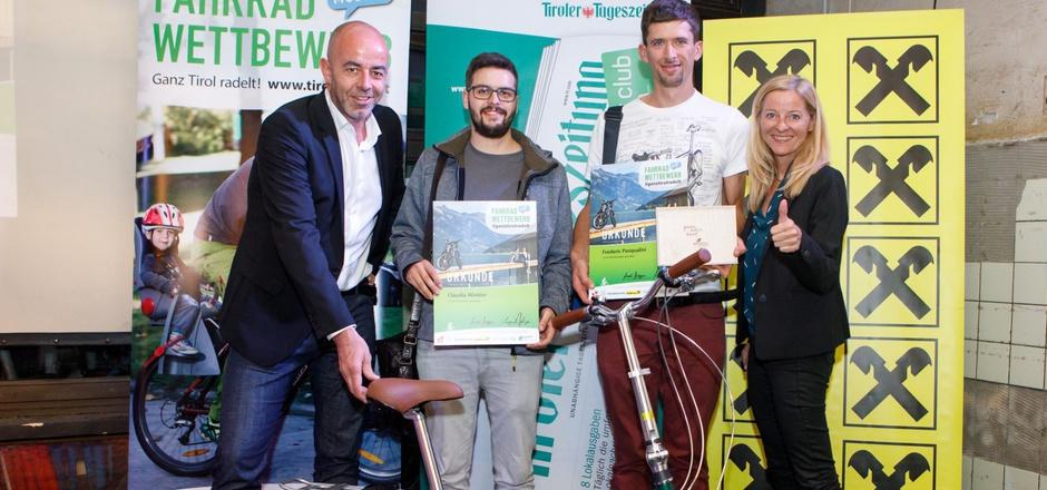 Die Sponsoren des Tiroler Fahrradwettbewerbs Norbert Adlassnigg (l., TT) und Christine Hofer (r., Tiroler Raiffeisenbanken) übergaben die Preise an Bernhard Winkler (in Vertretung der Gewinnerin Claudia Winkler) und Frederic Pasqualini (r.).