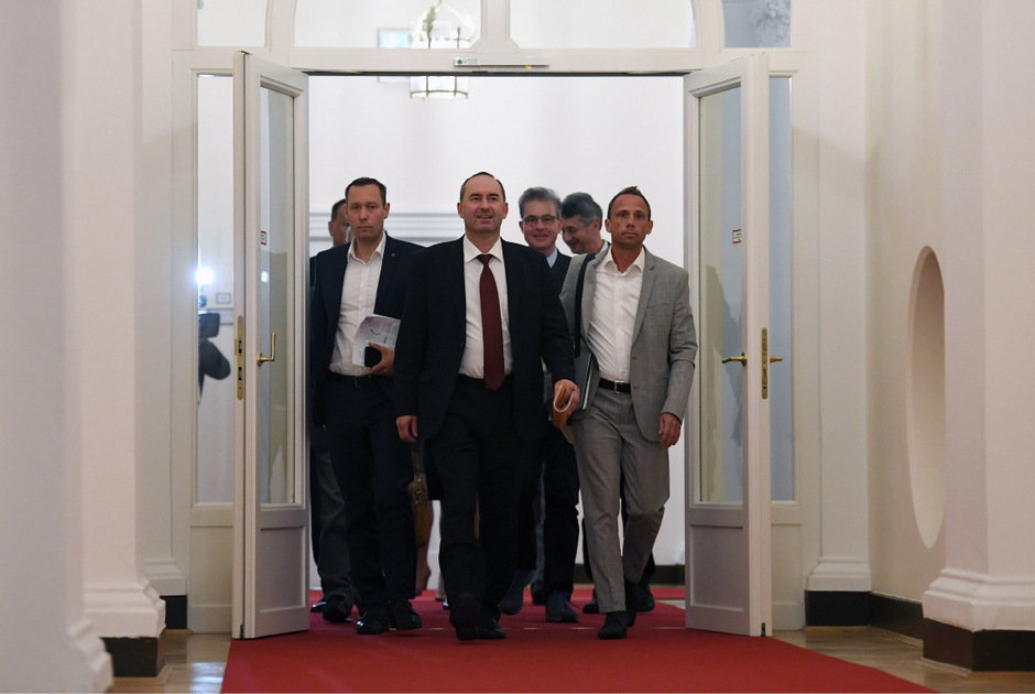 Freie-Wähler-Chef Hubert Aiwanger mit seiner Delegation vor den Koalitionsgesprächen.