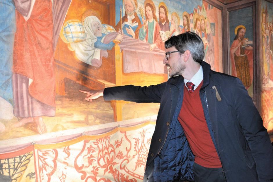 Auch unter dem Bett der Heiligen Maria haben sich Schlossbesucher verewigt, einer sogar auf Altgriechisch, wie Wissenschafter Romedio Schmitz-Esser zeigt.