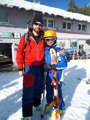 Safi, hier mit seinem Skilehrer, liebt den Schnee.