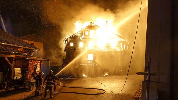Der Föhnsturm fachte die Flammen immer wieder an.