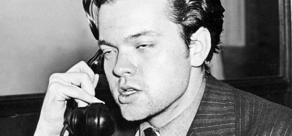 Nach seiner Radiosendung beantwortet Orson Welles Fragen von Zuhörern.