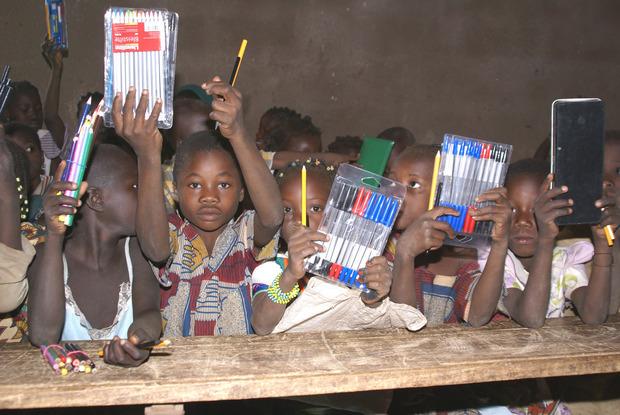 Bei der letzten Lieferung erhielten die Schüler in Burkina Faso Schulmaterialien.