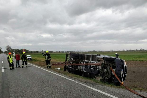 In Münchendorf,war ein rund fünf Tonnen schwerer Klein-Lkw vom Sturm umgeworfen worden. Die Freiwillige Feuerwehr zog das Fahrzeug nach Angaben in einer Aussendung mithilfe einer Seilwinde aus dem Graben.