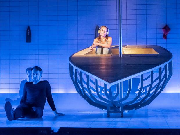 """Lisa Hörtnagl überzeugt als """"Totenfrau"""" im Landestheater."""