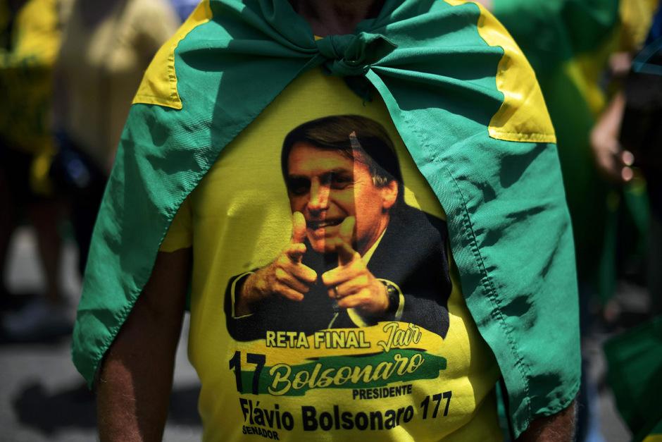 Anhänger von Bolsonaro mit dem Konterfei seines Hoffnungsträgers, der Brasiliens Politik von rechts aufgerollt hat.