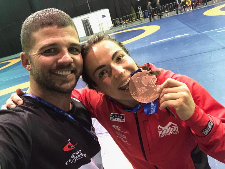 Mit Biss: Martina Kuenz zeigte stolz ihre WM-Bronzemedaille.