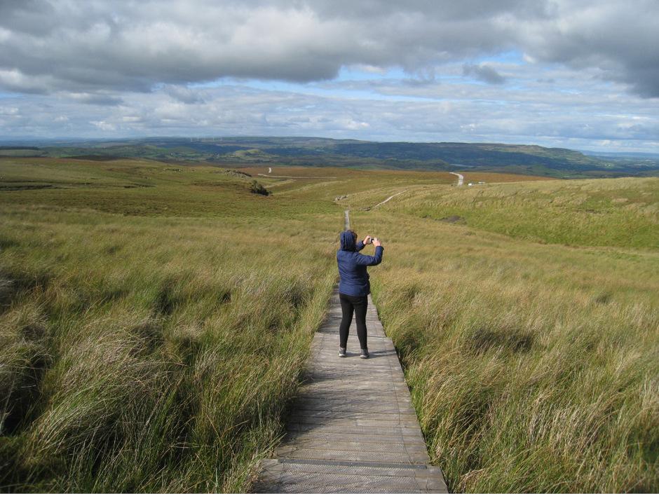 Einsame Wanderin im urigen Global Geopark.