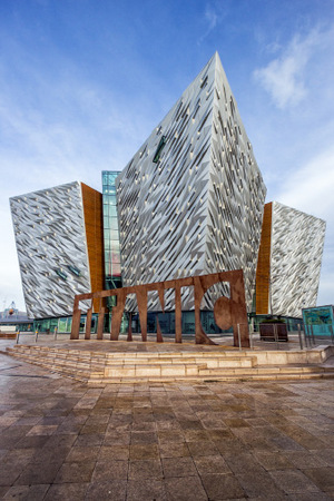 Titanic Belfast, in dem das Kreuzfahrtschiff virtuell wieder auftaucht.