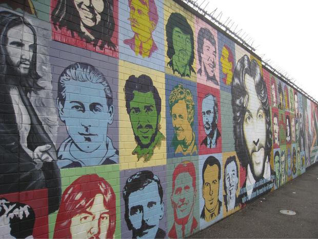 Eine Mauer in Belfast mit politischen Botschaften.
