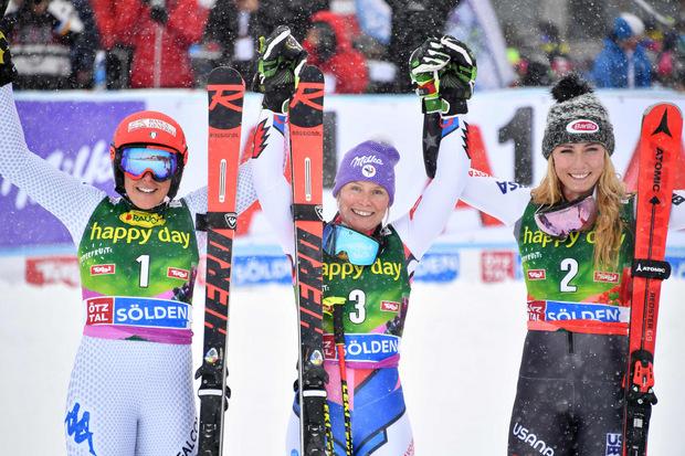 Tessa Worley jubelte vor Federica Brignone (l.) und Mikaela Shiffrin (r.) über den Sieg beim Saison-Auftakt.