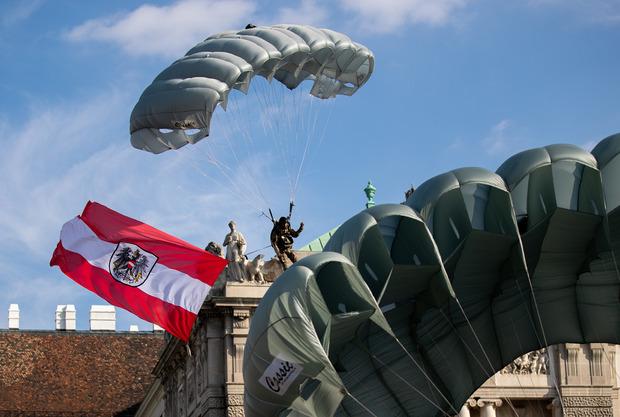 Drei Soldaten des Jagdkommandos sprangen via Fallschirm über dem Heldenplatz ab