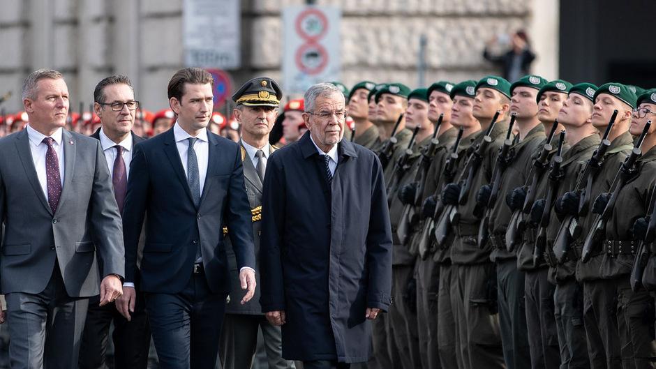 Verteidigungsminister Mario Kunasek (FPÖ), Vizekanzler Heinz-Christian Strache (FPÖ), Bundeskanzler Sebastian Kurz (ÖVP) und Bundespräsident Alexander Van der Bellen bei der Angelobung am Nationalfeiertag in Wien.