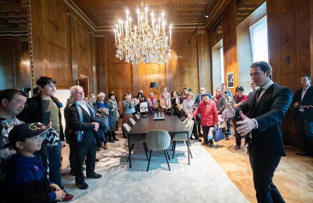 Kanzler Kurz begrüßt jeden Besucher persönlich.
