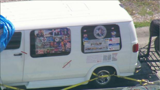 Der Wagen des Verdächtigen, zugekleistert mit Trump-Fanartikeln und eindeutigen Hassbotschaften gegen Clinton, Obama und Co.