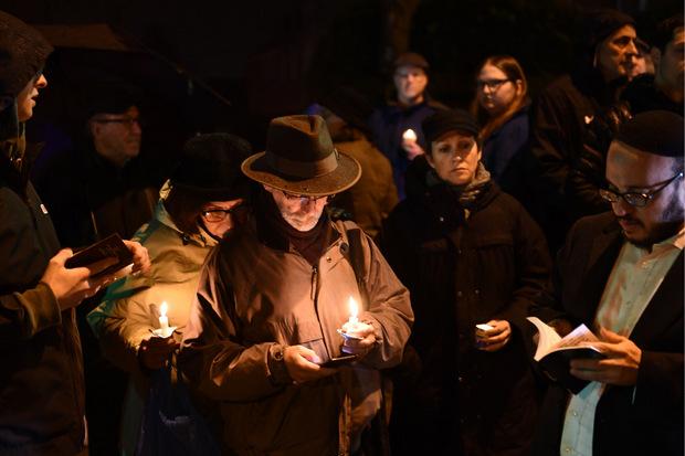 Nach der Tat versammelten sich in Pittsburgh Hunderte Menschen, um gemeinsam zu trauern.