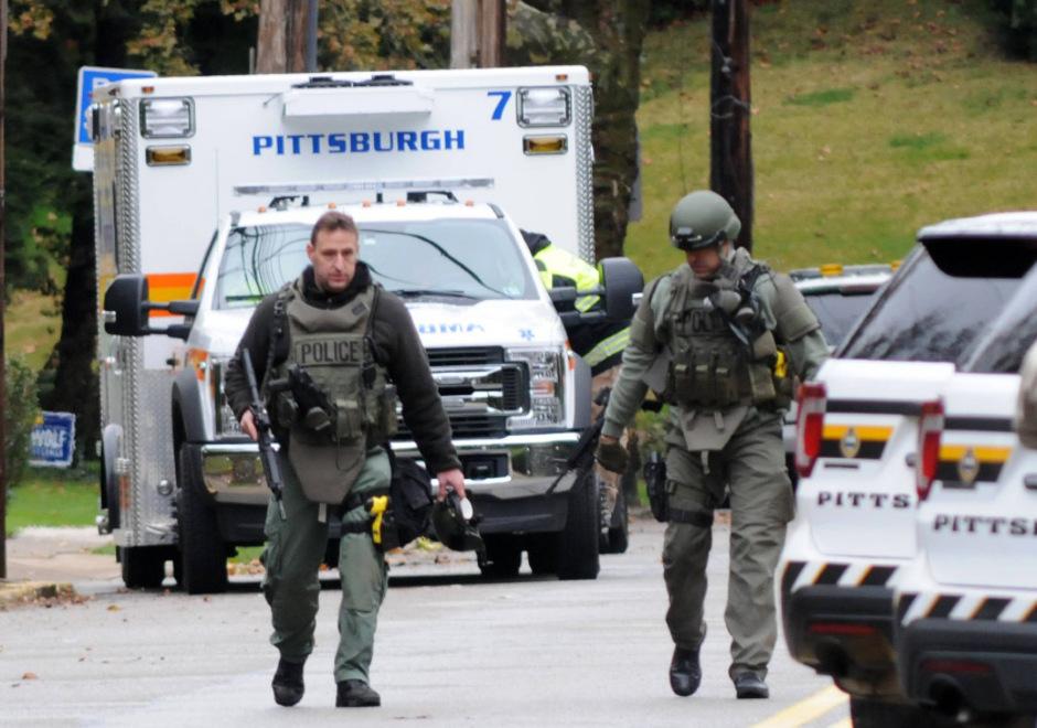 Einsatzkräfte der Polizei in der Nähe des Tatorts in der Stadt Pittsburgh im Bundesstaat Pennsylvania.