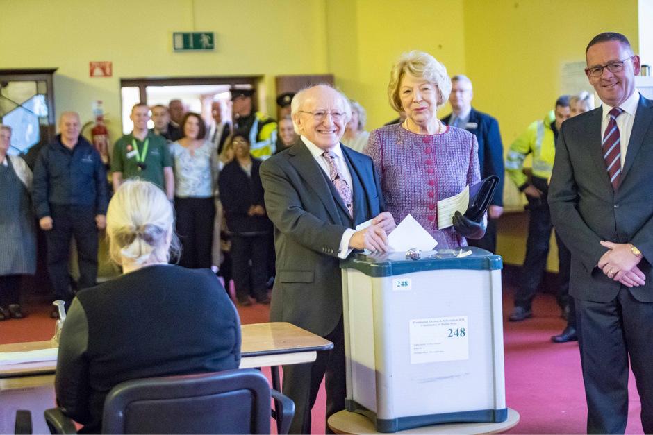 Der irische Präsident Michael D. Higgins (3.v.r.) bei der Stimmabgabe.