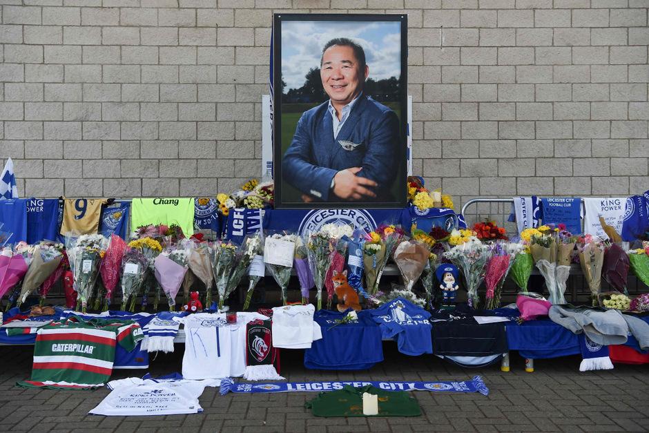 Blumen für den verstorbenen Klubchef Vichai Srivaddhanaprabha vor dem Stadion.