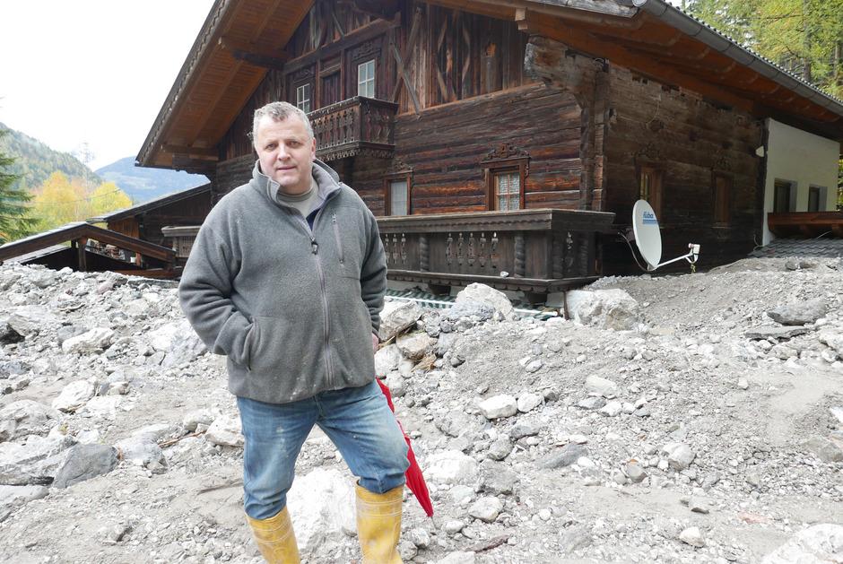 Kurt Fritzer vor seinem Haus: Die Mure reicht bis zum Balkon.