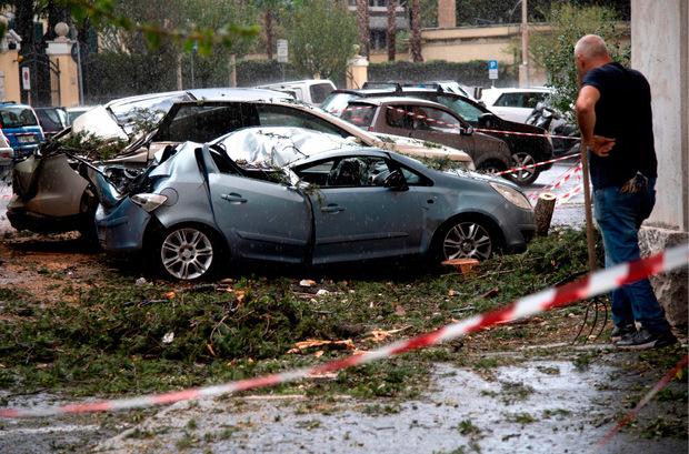 Betroffen war ebenfalls die Hauptstadt Rom, in der viele umgestürzte Bäume am Dienstag die Straßen blockierten.