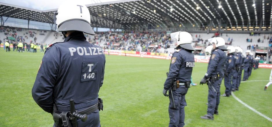 Im Tivoli-Stadion sorgten die Beamten für Ruhe und Ordnung.