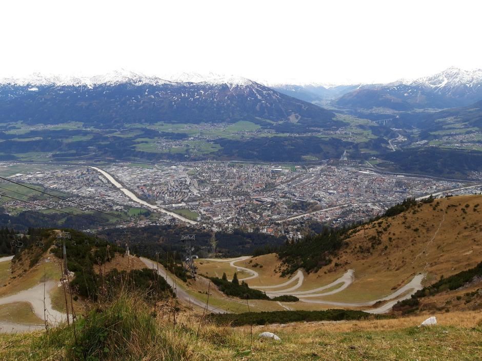Von oben aus kann man dann auf die herbstliche Landeshauptstadt hinabblicken.