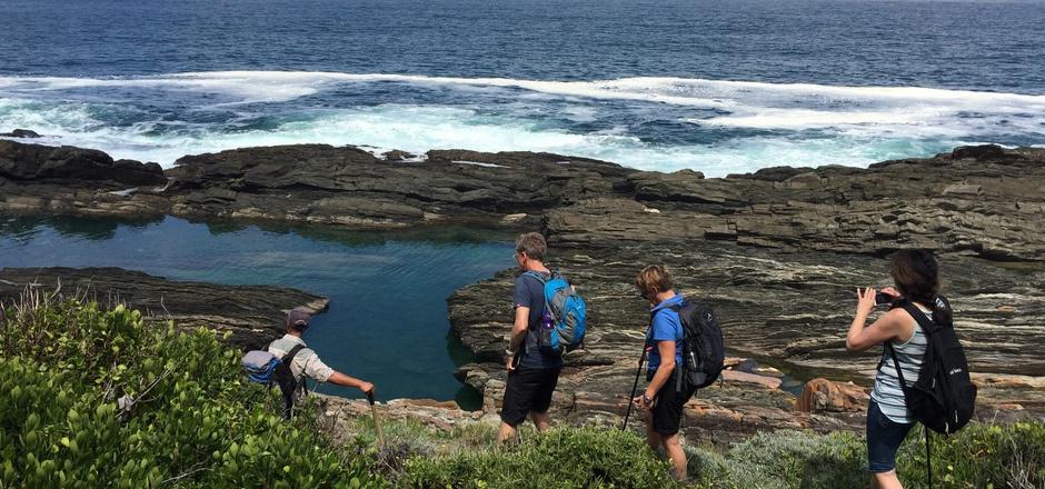 Die Wanderer kommen immer wieder an schroffen Felsen vorbei.