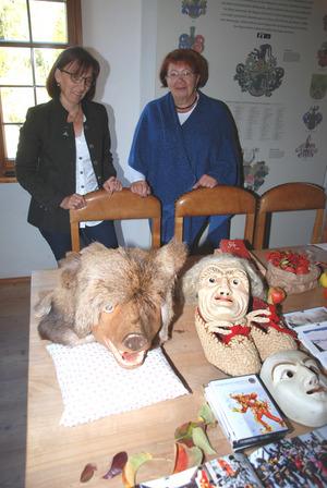 Am Tag der offenen Tür präsentierten Marlies Kirschner (l.) und Sieglinde Geiger vom Museumsverein Fiss einige Masken vom Blochziehen.