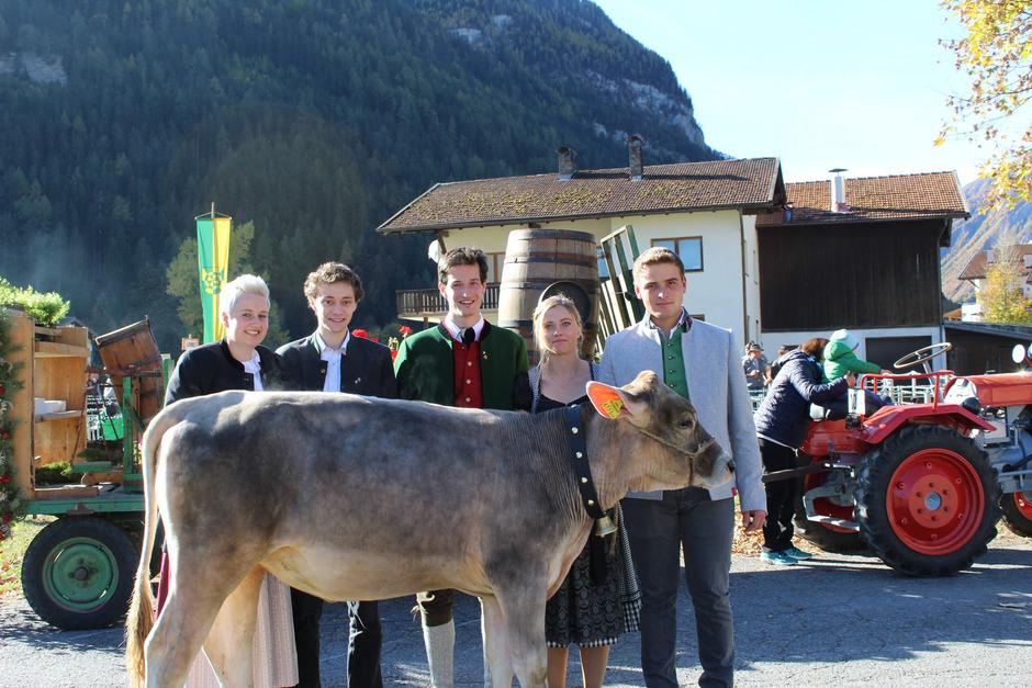 Ein Braunviehkalb war der Hauptpreis bei der Tombola in Pfunds – v.l.: Stefanie Siehs, Matthias Geiger, Gabriel Juen, Nadine Achenrainer und Lukas Stadelwieser.