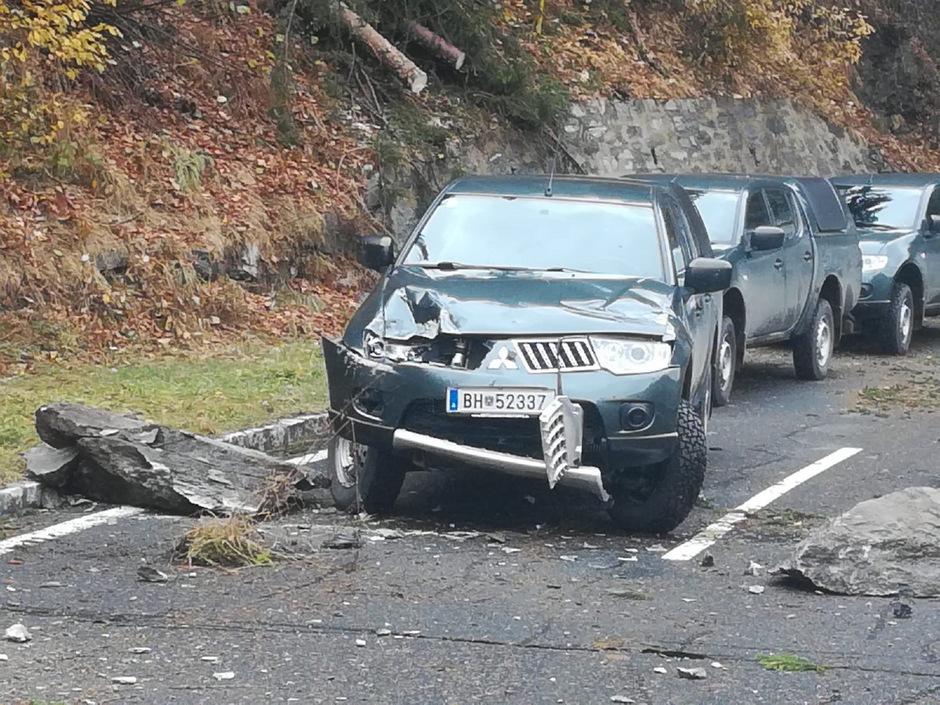 Ein durch den Steinschlag beschädigtes Bundesheer-Fahrzeug.