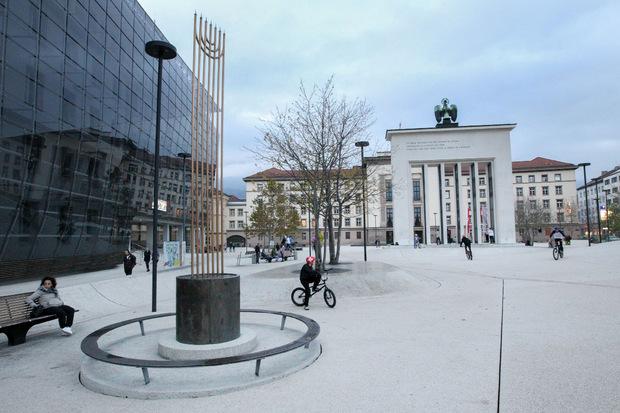 Am Landhausplatz erinnert die Menora an die Opfer der Pogromnacht in Innsbruck vor 80 Jahren.