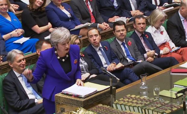 Die britische Premierministerin Theresa May muss die Hardliner in ihrer Partei und in jener des ultrarechten Koalitionspartners von ihrem Brexit-Deal überzeugen.