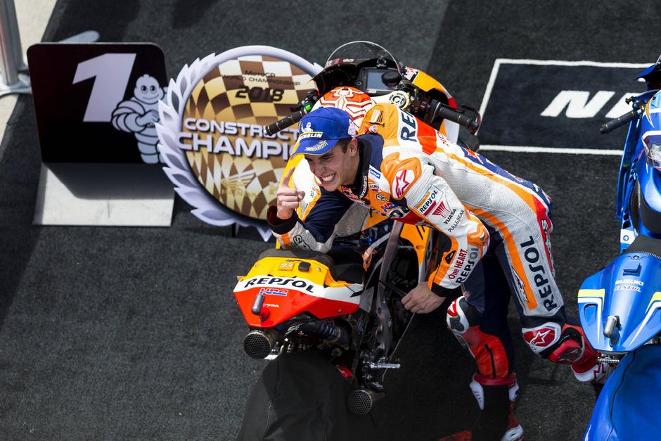 Marc Marquez jubelte mit seinem Team über den Titel in der Konstrukteurs-Wertung.