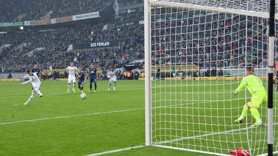 Thorgan Hazard ließ sich die Chance vom Elfmeterpunkt nicht nehmen und schoss zur Gladbacher Führung ein.