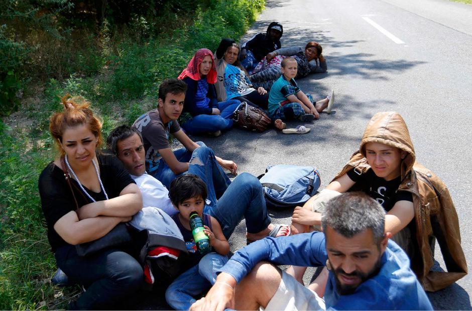 Der Migrationspakt umfasst eine Reihe von Leitlinien und Maßnahmen , deren Umsetzung allerdings rechtlich nicht bindend ist.  Es geht um eine bessere internationale Zusammenarbeit in der Migrationspolitik und um Standards im Umgang mit Flüchtlingen.