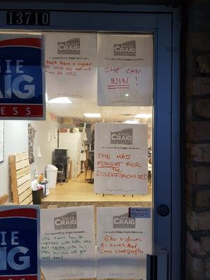 Handgeschriebene Zettel an der Tür des Hauptquartiers von Craig.