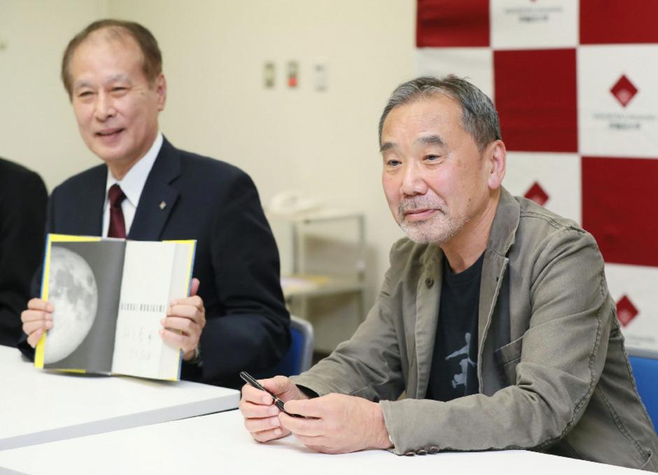Haruki Murakami präsentierte seine Pläne bei einer Pressekonferenz.