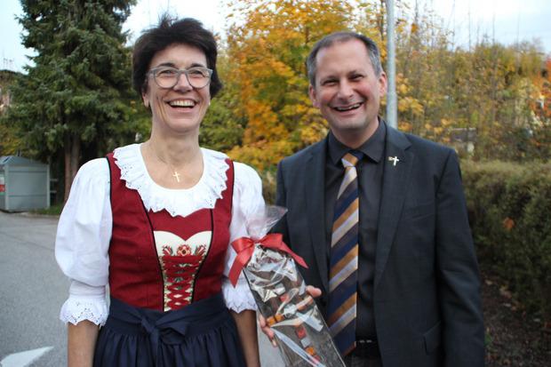 In der Unterländer Tracht zeigte sich die Pfarrerin bei der Gratulation durch Pfarrer Wolfgang Meixner.