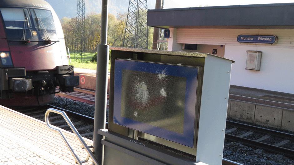 Am Bahnhof Wiesing wurde eine digitale Anzeigentafel zerstört.