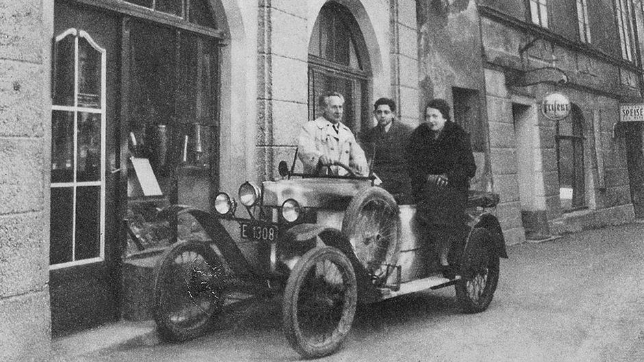 Heinz Mayer (M.), hier Ende der 1920er-Jahre vor dem Geschäft seines Vaters Ludwig (l.) in der Innsbrucker Fuggergasse, erinnerte sich 1991 in einem langen Interview an die Pogromnacht von 1938.